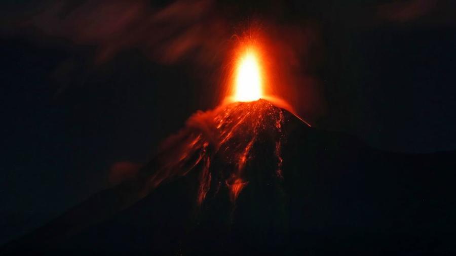 El Volcán de Fuego arroja lava caliente fundida desde su cráter en Antigua, Guatemala, este lunes 19 de noviembre de 2018.
