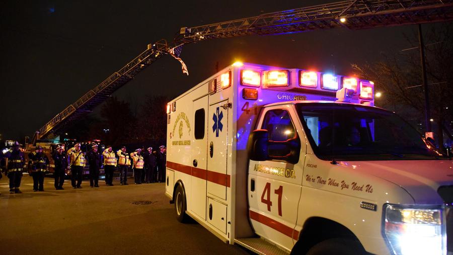 Agentes se cuadrán en honor a Samuel Jiménez el agente hispano fallecido en tiroteo en un hospital en Chicago