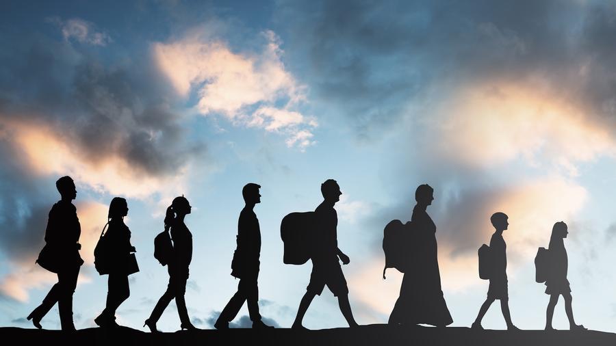 Fila de personas caminando