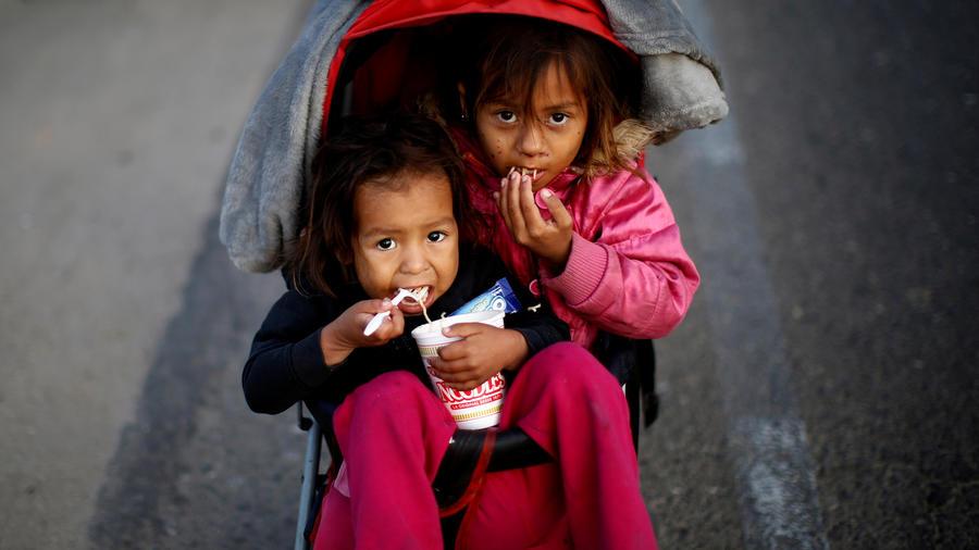 Dos niñas salvadoreñas que forman parte de la caravana de inmigrantes, este martes en Mexicali.
