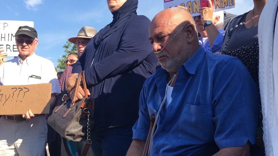 Kadhim Al-bumohammed, arrodillado a la derecha, un refugiado iraquí de 64 años