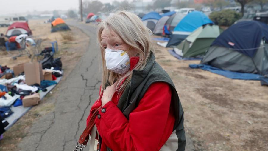 Bridgett Hogan, de 57 años, de Paradise, camina a través de un improvisado centro de acogida para personas desplazadas por el Camp Fire en Chico, California, EE. UU.
