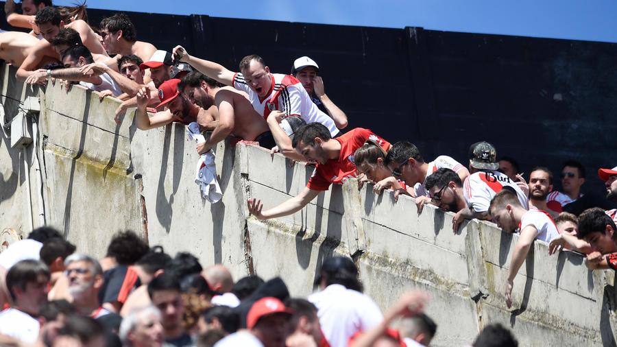Fans del River Plate gritan a los seguidores del Boca Junios en la final de la Copa Libertadores