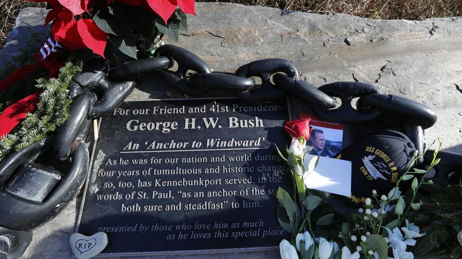 Una placa en un altar improvisado frente a la casa de verano de la familia Bush en Kennebunkport, Maine., donde muchos han dejado flores y mensajes tras la muerte del ex presidente George H.W. Bush
