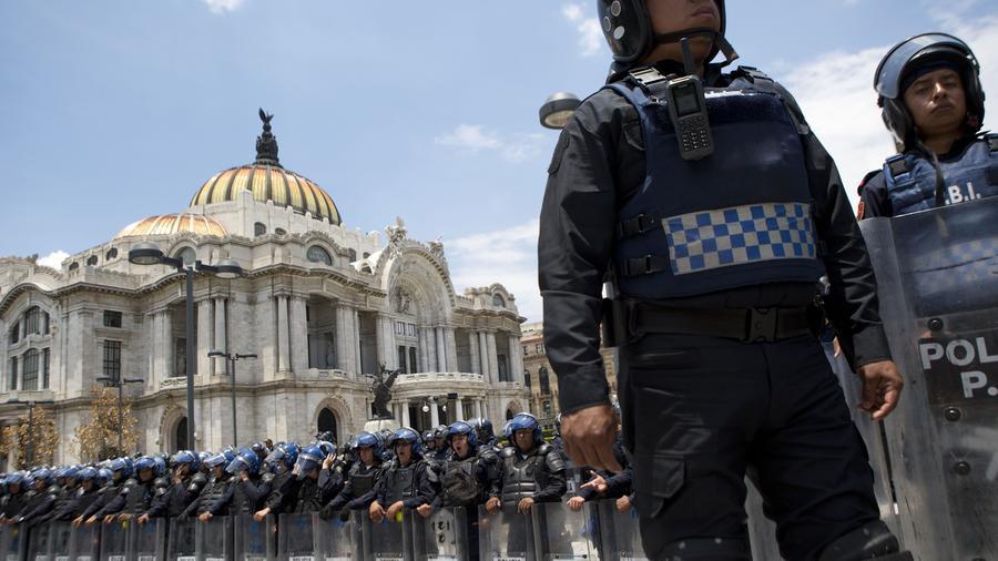 Elementos del cuerpo de Granaderos de la policía de la Ciudad de México afuera del Palacio de Bellas Artes