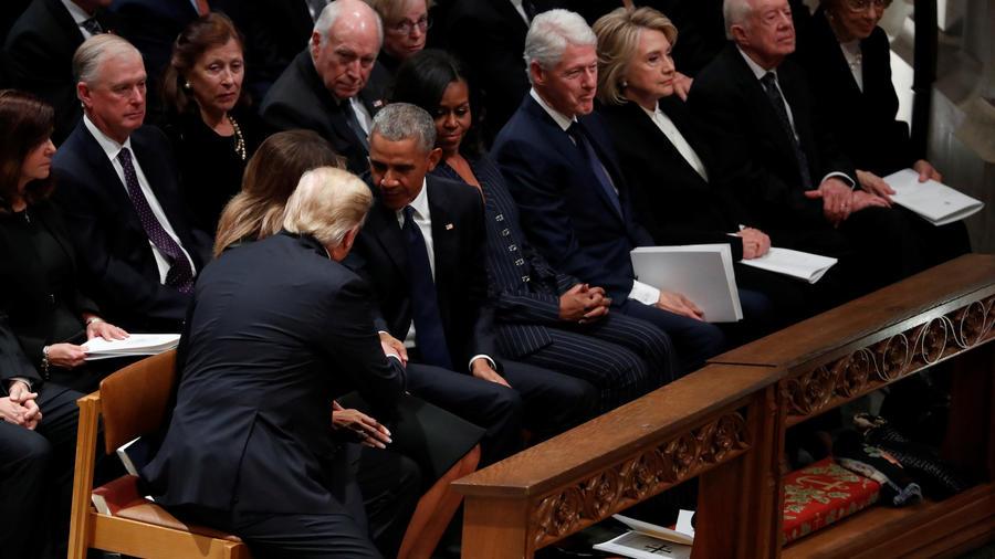 Trump estrecha la mano a Obama durante el funeral de George Bush este miércoles en Washington DC.