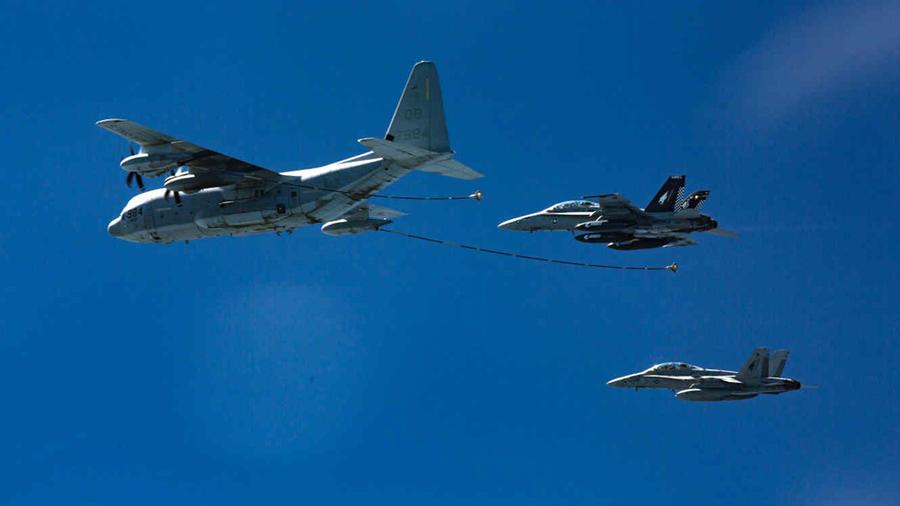 Dos aviones de combate de la Fuerza Aérea son reabastecidos de combustible por otra aeronave en una fotografía de archivo.