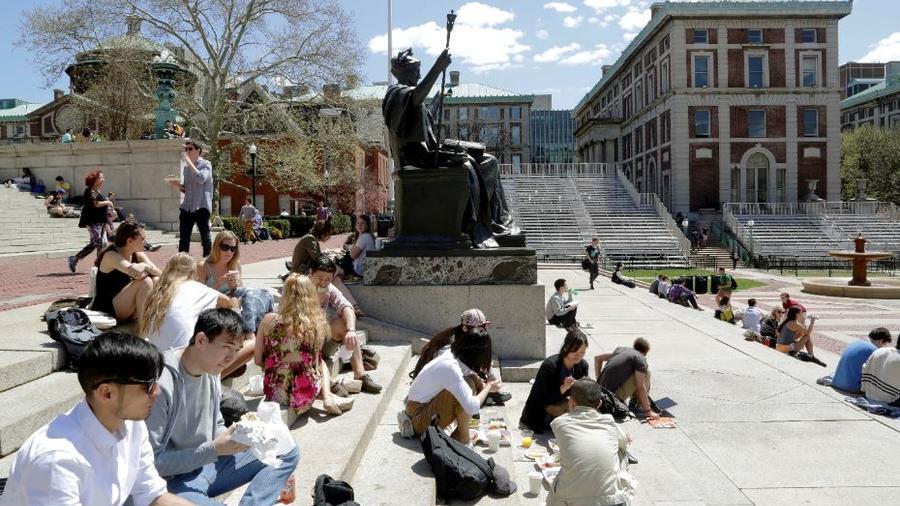 Estudiantes en los escalones de la Biblioteca Low Memorial de la Universidad de Columbia junto a la escultura de Daniel Chester French, Alma Mater, en el campus de Nueva York en una imagen de archivo.