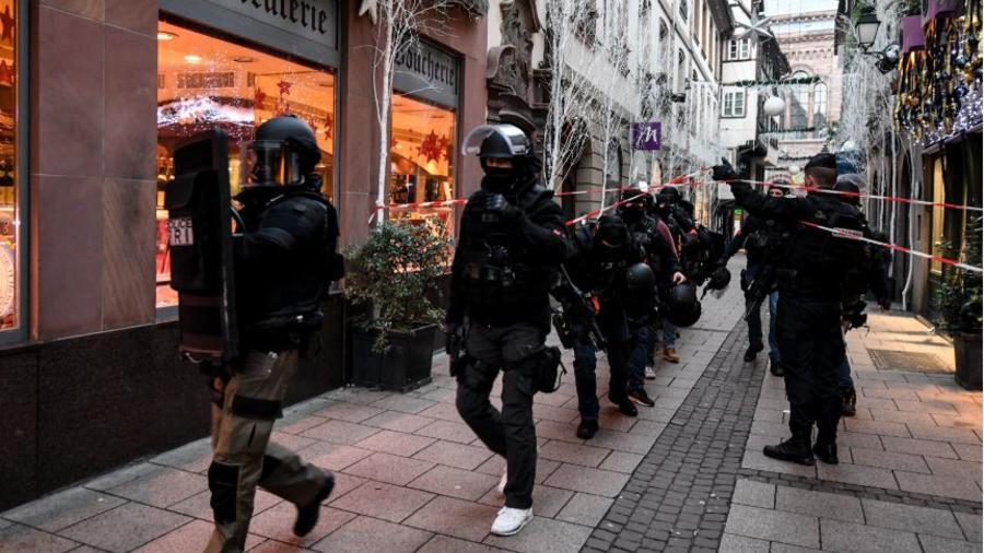 Agentes buscan este miércoles al sospechoso del tiroteo tras el ataque de ayer en un mercadillo de Navidad en Estrasburgo (Francia).