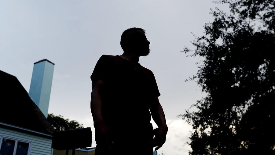 En la foto, un inmigrante hondureño de 27 años que no quiso revelar su nombre, espera ganar la custodia de su hermana de 17 años.