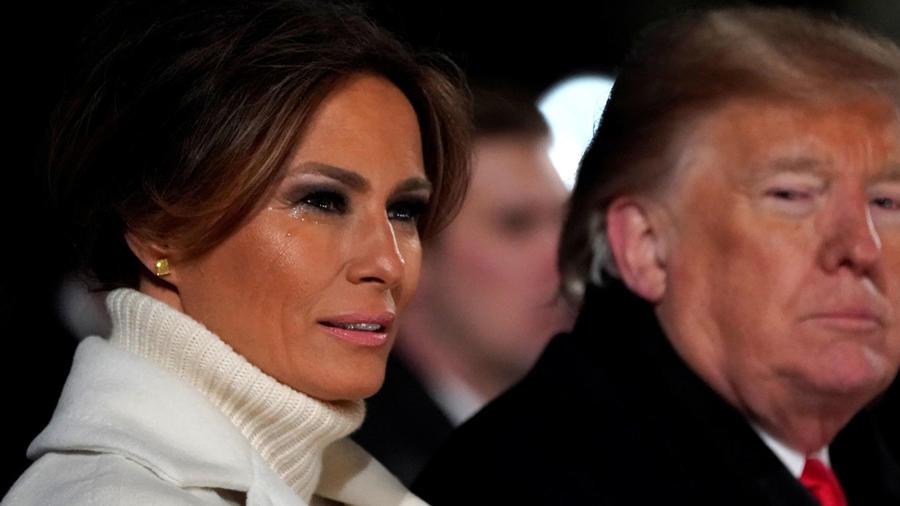 Melania y Donald Trump durante la ceremonia de encendido del árbol navideño en la Casa Blanca
