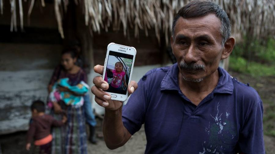 Domingo Caal Chub, de 61 años, muestra una foto de su nieta fallecida, Jakelin Amei Rosmery Caal Maquin, de siete años, desde Raxruha, Guatemala, este sábado 15 de diciembre de 2018.
