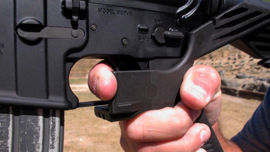 """Dispositivo en un arma que acelera la velocidad de los disparos. Son conocidos en inglés como """"bump stock"""""""