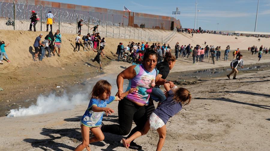 María Meza y sus hijos huyen de gases lacrimógenos cerca del muro fronterizo en Tijuana, México, el 25 de noviembre.