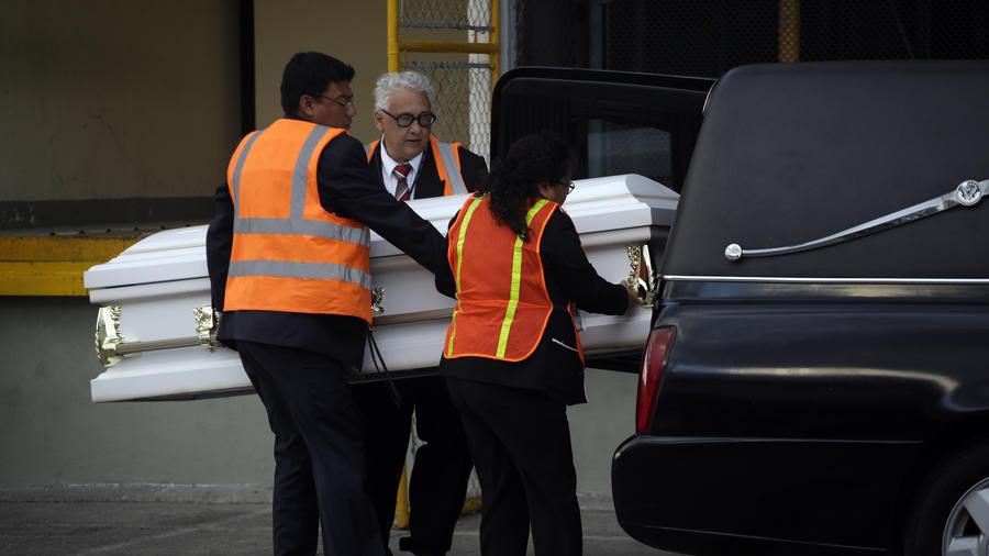 Empleados fúnebres cargan el ataúd que contiene el cuerpo de Jakelin Caal Maquin después de que sus restos fueran repatriados a Guatemala en el aeropuerto internacional de Ciudad de Guatemala el 23 de diciembre de 2018.