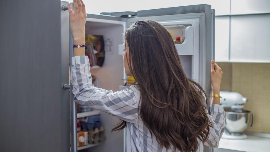 Mujer revisando heladera