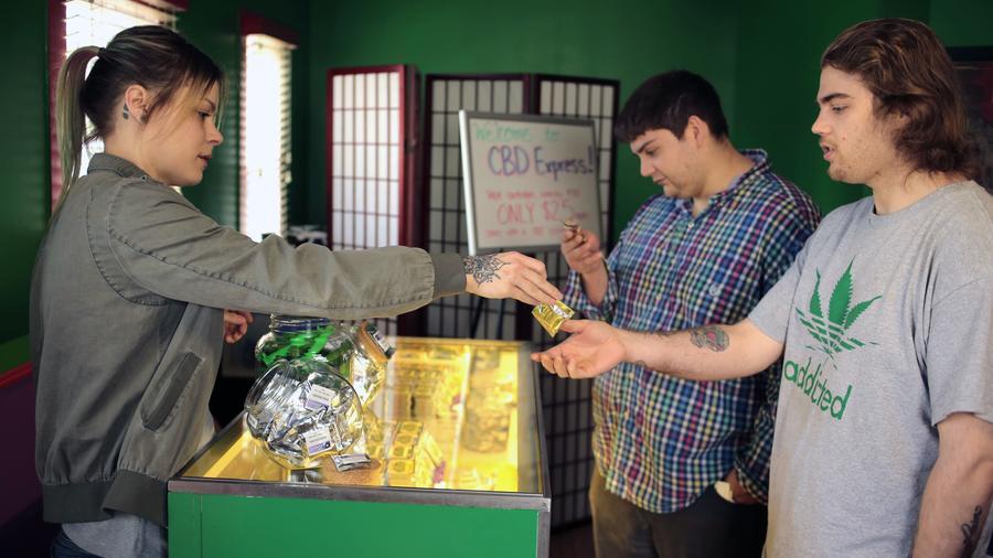 En esta fotografía de archivo dos clientes compran productos basados en el canabis