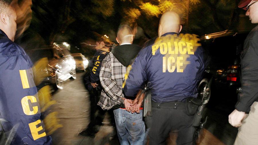 Agentes de ICE arrestan a una persona en California en una imagen de archivo.