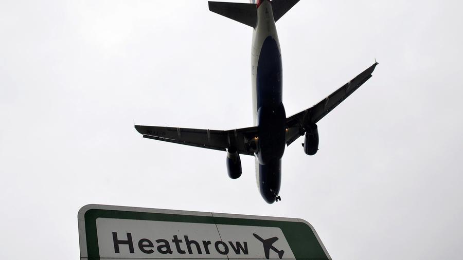 Un avión sobrevuela el aeropuerto de Hethrow en Londres en un imagen de archivo