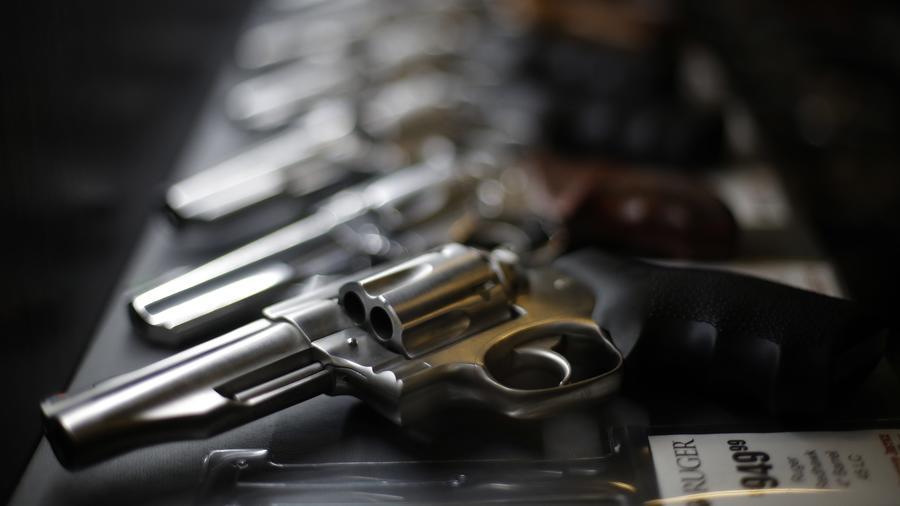 Fotografía de archivo de una tienda de armas en donde se exhiben revólveres a la venta