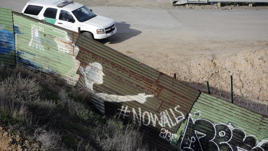 Fotografía de archivo de uno de los vehículos de la Patrulla Fronteriza, al lado de una valla en la frontera