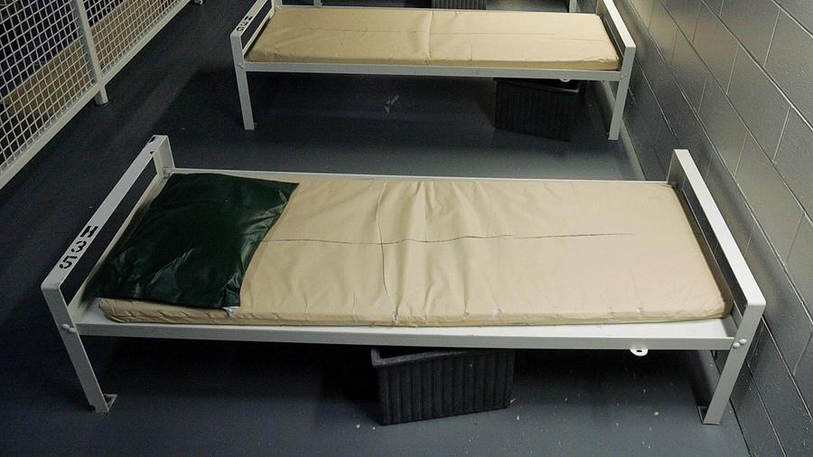 Varias camas de un centro de inmigración de la Corrections Corporation of America en Elizabeth, New Jersey.