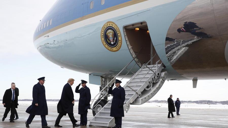 Trump aborda el avión presidencial este lunes en Washington DC.