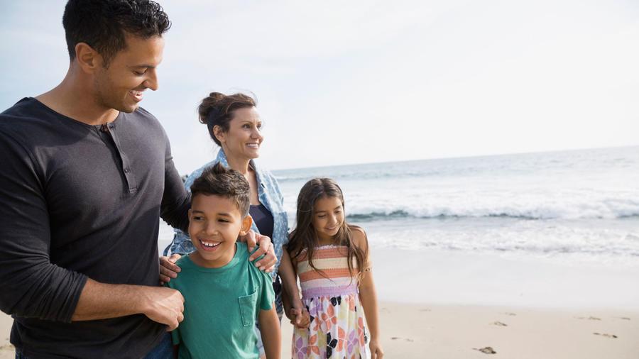 Pareja con niños en la playa