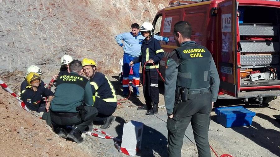 Tareas de rescate de un niño caído a un pozo en Málaga.
