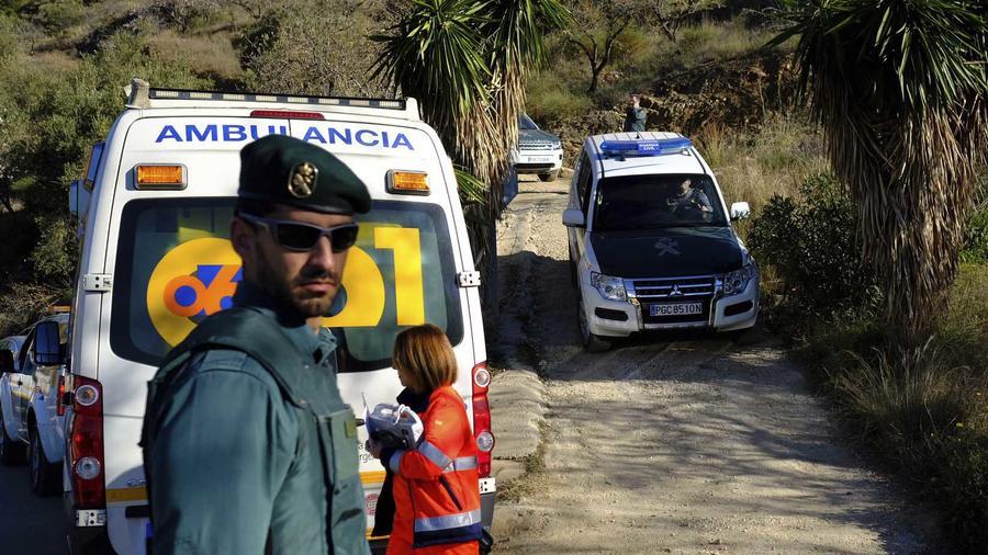 Equipos de rescate intentan sacar a un niño que el 13 de enero de 2019 cayó en un pozo en Totalán en Málaga, España