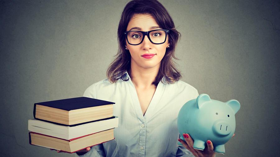 Estudiante con libros y alcancía