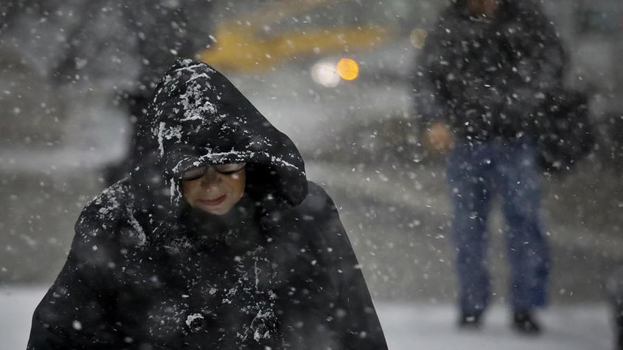Varias personas caminan bajo la nieve en Manhattan, Nueva York.