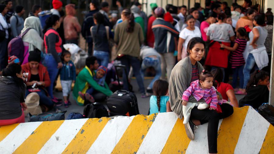 Miembros de la caravana apostados en México