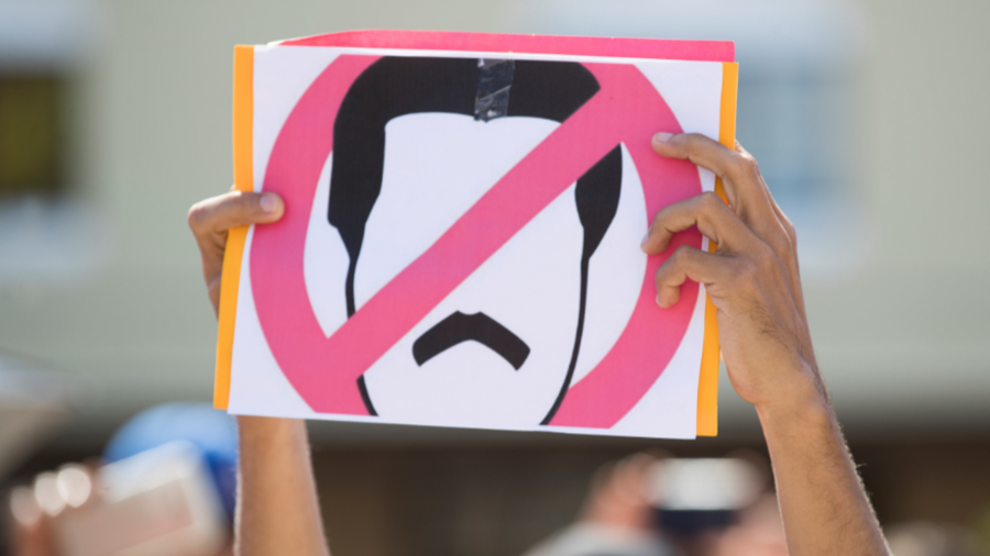 Un cartel en rechazo al presidente venezolano, Nicolás Maduro, durante una manifestación convocada por la diáspora venezolana, este miércoles en la Plaza Bolívar Santo Domingo (República Dominicana).