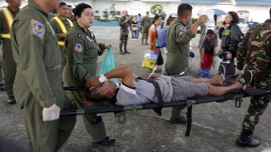 El personal de la Fuerza Aérea de Filipinas (PAF) ayuda a un compañero que resultó herido en los ataques en una iglesia de la ciudad de Zamboanga, en el sur de Filipinas.