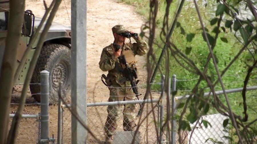 Un soldado de la Guardia Nacional vigila la frontera desde Texas.