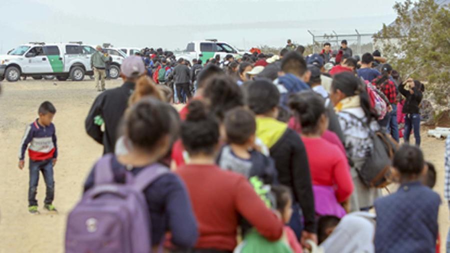 Foto de un grupo de migrantes arrestado en Arizona el 14 de enero de 2019