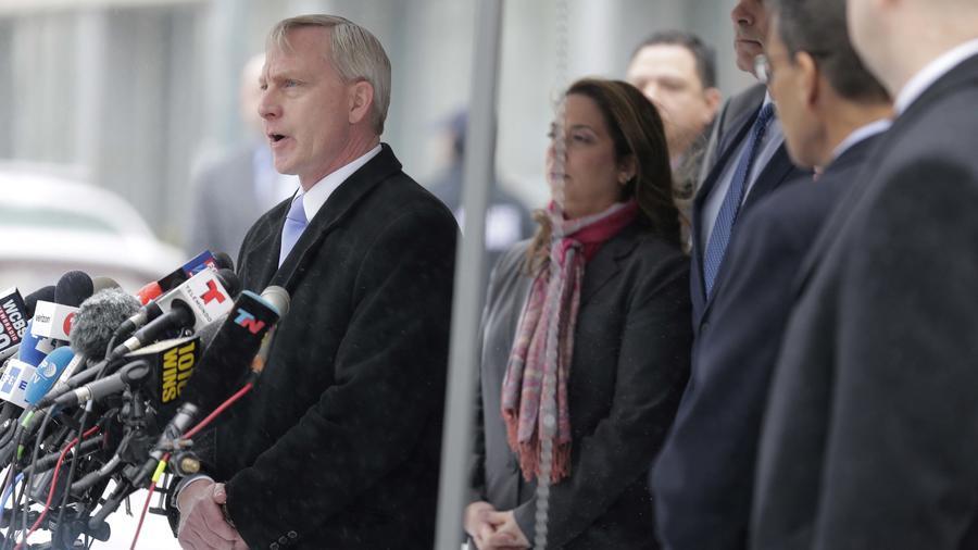 Richard Donoghue, abogado de EEUU para el Distrito Este de Nueva York, habla con los reporteros después de salir de la corte federal en Nueva York el martes 12 de febrero de 2019.