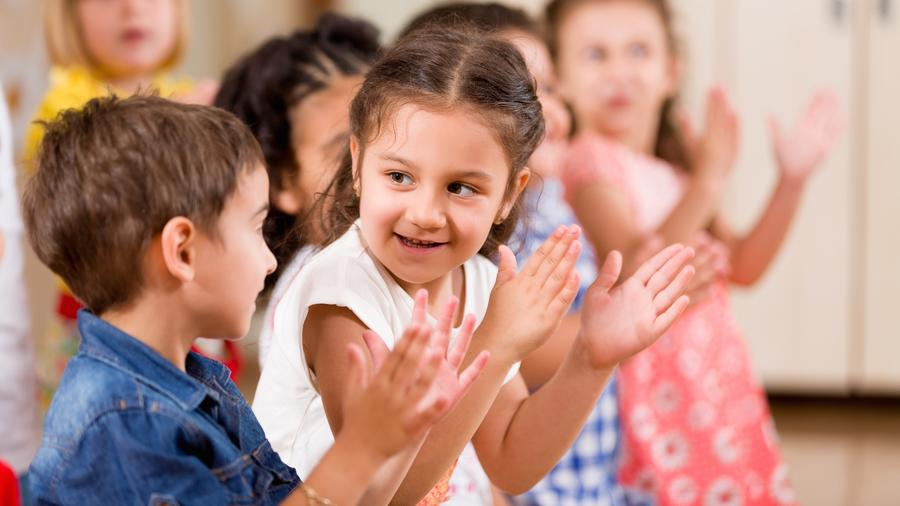 Niños jugando y aplaudiendo