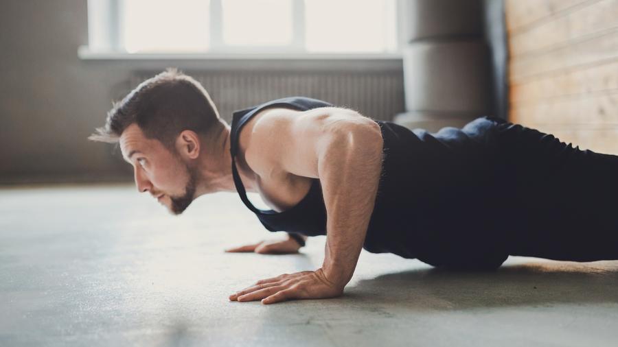 Hombre haciendo flexiones de brazos