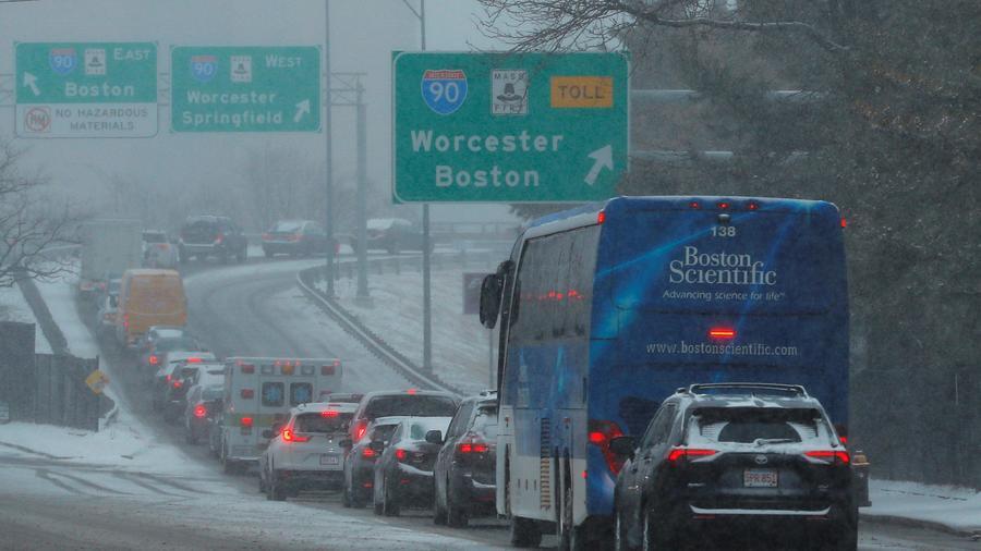 Vehículos en la salida de una autopista durante un tormenta invernal en Boston el 12 de febrero de 2019
