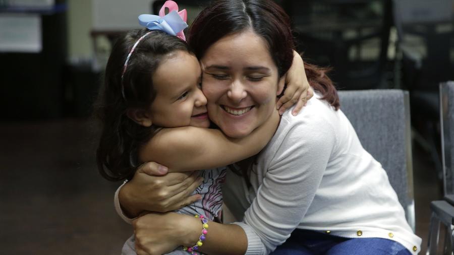 Fotografía de archivo de una madre y su hija tras ser reunificadas en julio de 2018, luego de que las separaran cuando pidieron asilo político