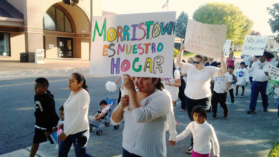Familias afectadas por una redada federal en una planta empacadora de carne en Tennessee el año pasado y sus partidarios protestan en Morristown el 12 de abril de 2018.