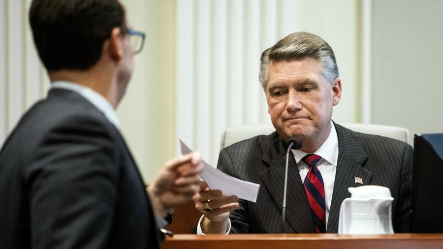 El republicano Mark Harris y Josh Lawson, abogado principal de la Junta Estatal de Elecciones y Cumplimiento de la Ética de Carolina del Norte