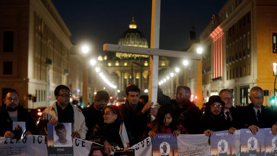 Víctimas de abusos sexuales por parte de miembros de la Iglesia católica en una marcha en Roma