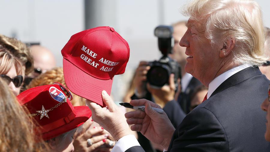 Trump entrega una gorra de campaña a sus seguidores en agosto de 2017 en Reno (Nevada).