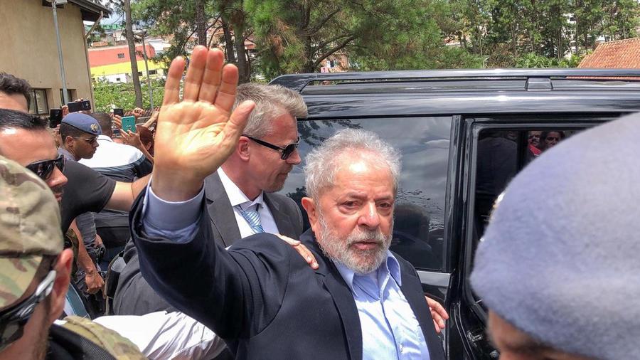 El ex presidente de Brasil Lula da Silva hoy cuando asistió al funeral de su nieto de 7 años. Es la primera vez que abandona la prisión donde está detenido por cargos de corrupción