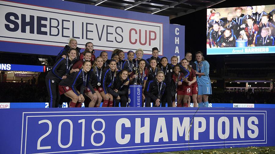 Las jugadoras el equipo nacional de fútbol de Estados Unidos posan junto al trofeo ganado en SheBelieves Cup.