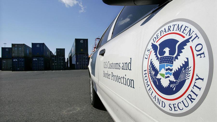 Un auto de la Patrulla Fronteriza custodia una zona de contenedores en Newark, Nueva Jersey.