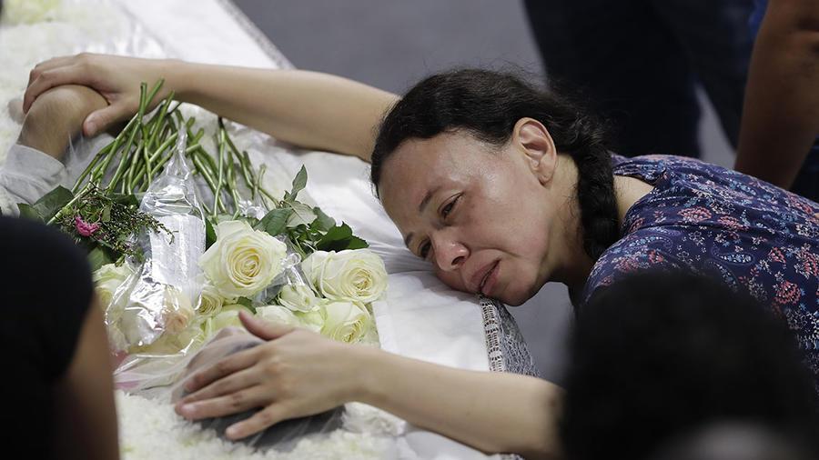 La madre de una de las víctimas de la masacre de una escuela de Brasil llora junto al féretro de Caio Oliveira, su hijo de 15 años.
